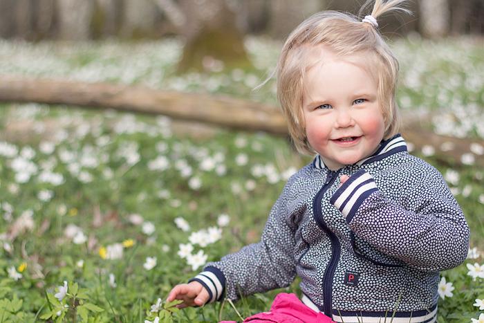 utomhusfotograf vitsippor barn
